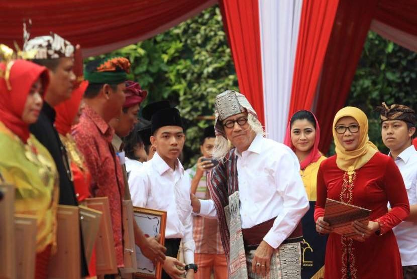 Menkumham Yasonna Laoly (tengah) didampingi Ditjen Pemasyarakatan Kementrian Hukum dan HAM Sri Puguh Budi Utami (kanan) memberikan remisi kepada narapidana yang telah memenuhi persyaratan administratif saat Upacara HUT ke-73 RI di Kemenkumham, Jakarta, Jumat (17/8).