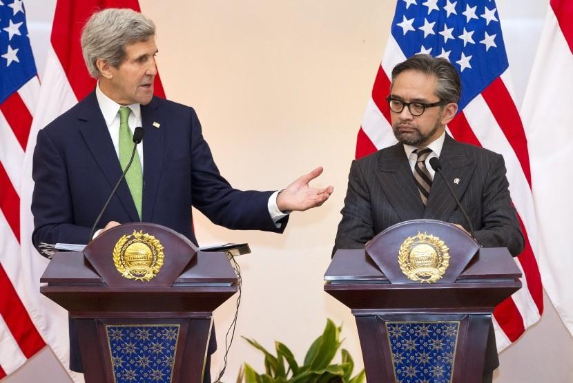 Menlu AS John Kerry (kiri) bersama Menlu RI Marty Natalegawa saat jumpa pers di Jakarta, Senin (17/2).