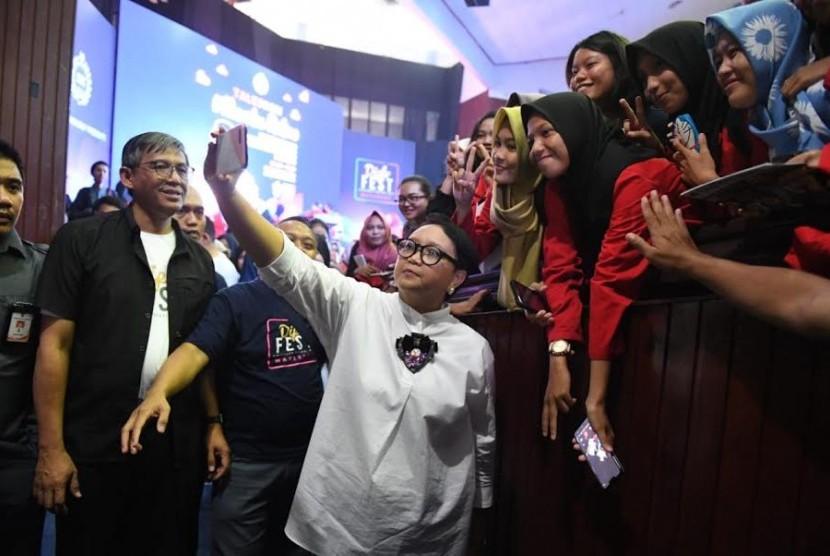 Menlu Retno Marsudi berswafoto bersama para mahasiswa seusai kuliah umum yang digelar sebagai rangkaian Diplomacy Festival (DiploFest) di Universitas Hasanuddin, Makassar, Sulsel, Sabtu (23/2).