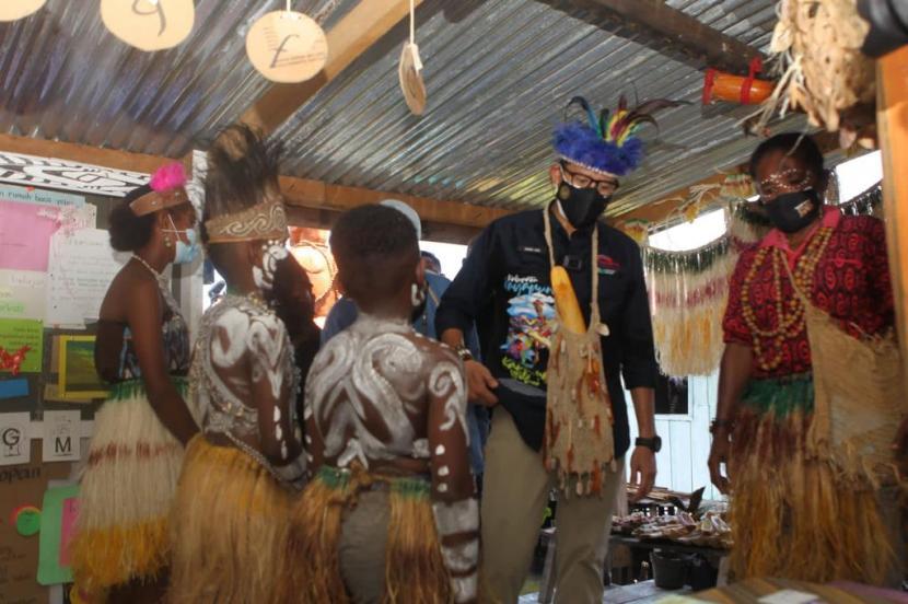 Menparekraf Sandiaga Salahudin Uno bersama anak-anak kampung Yoboi, Papua.