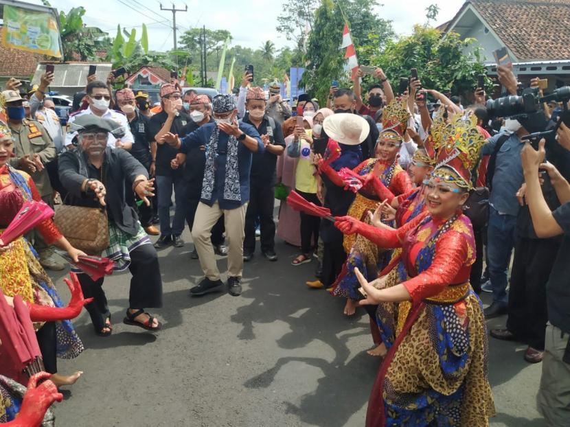 Menparekraf Sandiaga Uno berkunjung ke Desa Selasari di Kecamatan Parigi, Kabupaten Pangandaran, Rabu (13/10). Desa Selasari terpilih menjadi 50 desa wisata terbaik 2021 se-Indonesia.