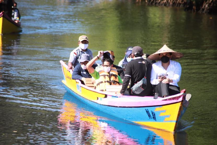 Menparekraf Sandiaga Uno dalam kunjungan kerja ke desa wisata Rammang Rammang.