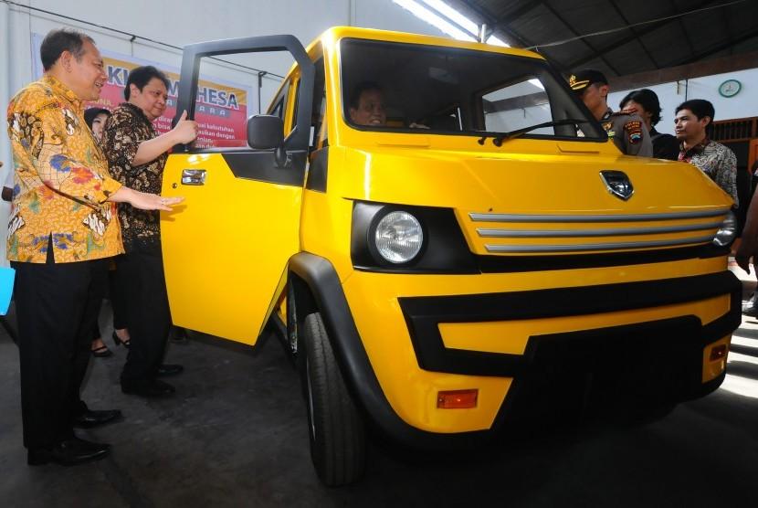 President of the Indonesian Automotive Institute (IOI) I Made Dana Tangkas (left).