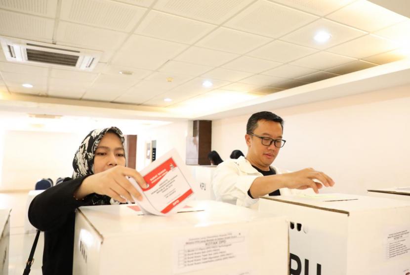 Menpora Imam Nahrawi dan isteri Shobibah Rohmah menggunakan hak pilihnya pada Pilpres dan Pileg 2019, di TPS 42 Rawajati Pancoran Komplek DPR RI Kalibata, Jakarta Selatan, Rabu (17/4) pagi.
