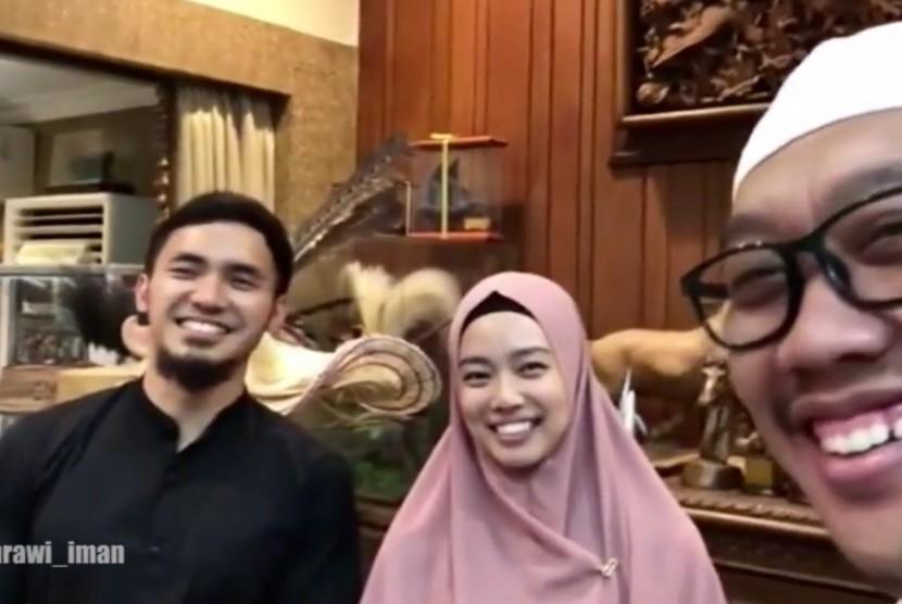 Menpora, Imam Nahrawi (kanan) bersama atlet wushu Indonesia, Lindswell Kwok (tengah) dan Hulaefi (kiri)