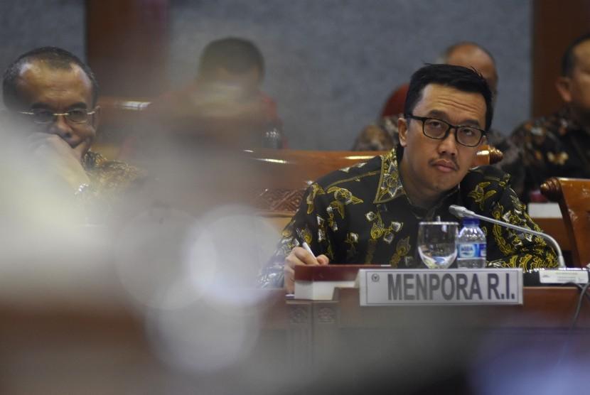 Menpora Imam Nahrawi (kanan) didampingi Sesmenpora Gatot S Dewa Broto (kiri) mengikuti rapat kerja dengan Komisi X DPR di Kompleks Parlemen, Senayan, Jakarta, Rabu (19/6/2019).