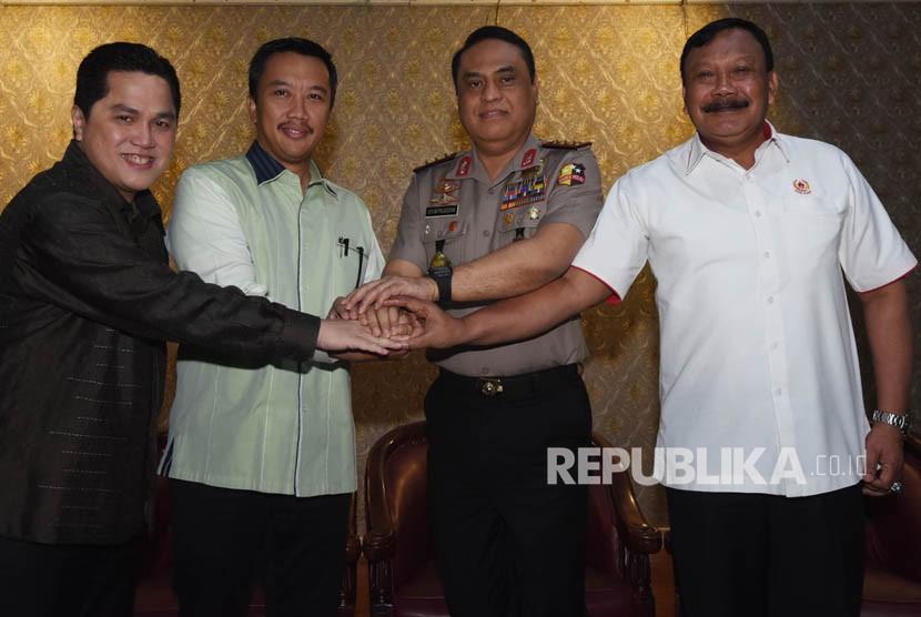Menpora Imam Nahrawi (kedua kiri) berjabat tangan dengan Ketua KOI Erick Tohir (kiri), CdM Indonesia untuk Asian Games Komjen Syafruddin (kedua kanan) dan Waketum I KONI Suwarno (kanan) dalam rapat koordinasi Asian Games 2018 di Jakarta, Jumat (12/1).
