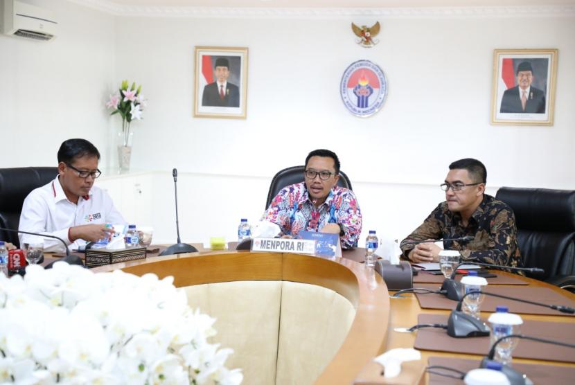 Menpora Imam Nahrawi ketika menerima Direktur PT Pengembangan Pariwisata Indonesia Persero/Indonesia Tourism Development Corporation (ITDC) Abdulbar M Mansyur di Jakarta, Senin (25/2).