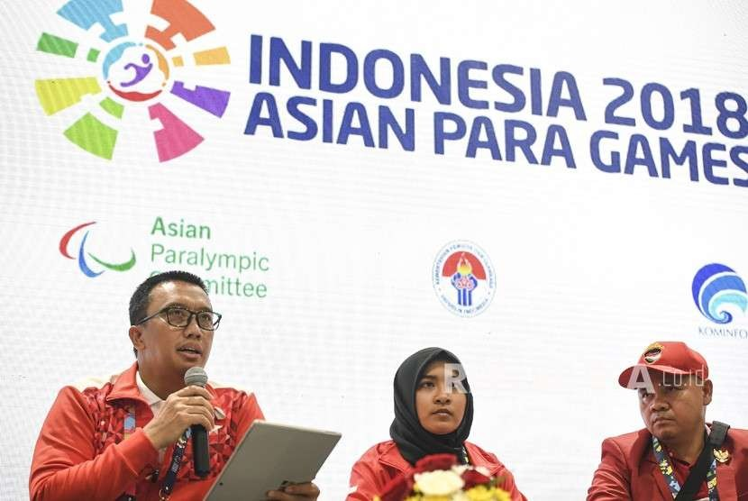 Sports Minister Imam Nahrawi (left) accompanied Indonesian blind judo athlete Miftahul Jannah (center) and judo coach Ahmad Bahar (right) holds a press conference on Miftahul Jannah's disqualification from Asian Para Games 2018 at GBK Arena, Jakarta, Tuesday (Oct 9).