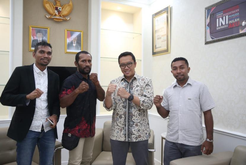 Menpora Imam Nahrawi memberi dukungan kepada petinju pro asal Papua Geisler AP yang akan bertanding pada laga gengsi tinju dunia hingga di Las Vegas.