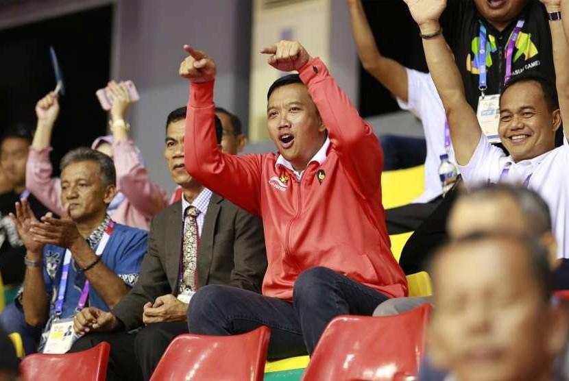 Menpora Imam Nahrawi memberikan semangat saat tim sepak takraw Indonesia bertanding melawan Laos pada pertandingan semifinal ganda putra sepak takraw Asian Games 2018 di GOR Ranau, Jakabaring Sport City (JSC), Palembang, Sumatera Selatan, Jumat (24/8).