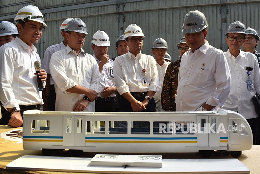 Menristek Dikti Mohamad Nasir (kedua kanan) didampingi Direktur Utama PT Industri Kereta Api (Inka) Budi Noviantoro (tengah) melihat miniatur kereta api saat melakukan kunjungan kerja ke PT Inka di Madiun, Jawa Timur, Jumat (8/6).