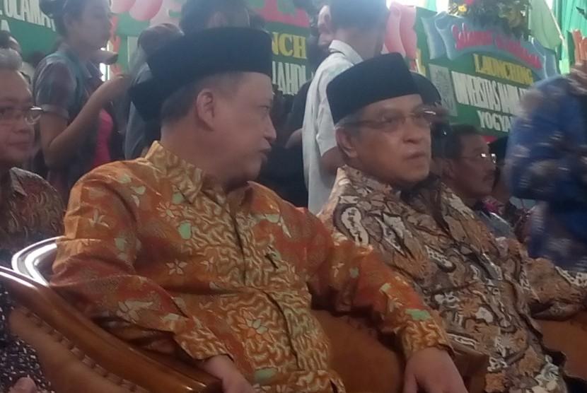 Menristekdikti M Nasir (kiri) berbincang dengan Ketua Umum PBNU KH Said Aqil Siradj dalam peresmian Universitas NU Yogyakarta.