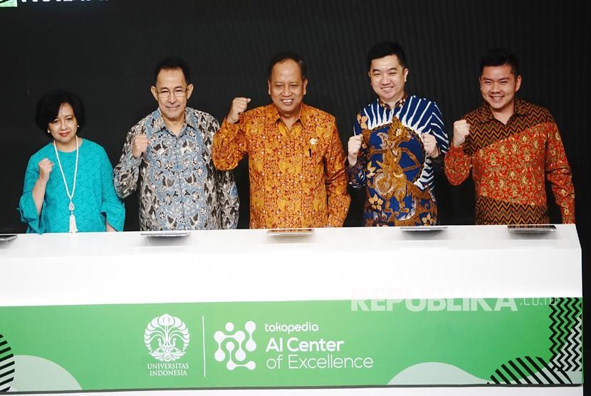 Menristekdikti Mohamad Nasir (tengah), Dekan Fasilkom UI Mirna Adrian (kiri),Rektor Universitas Indoensia Muhammad Anis (kiri kedua), VP engineering Tokopedia Herman Widjaja (kanan), dan CO-Founder dan CEO Tokopedia William Tanuwijaya (kanan kedua) berfoto bersama usai resmikan pusat pengembangan Artificial Intelegence (AI) di kampus Universitas Indonesia (UI) Depok , Jawa Barat, Kamis (28/3/19) .