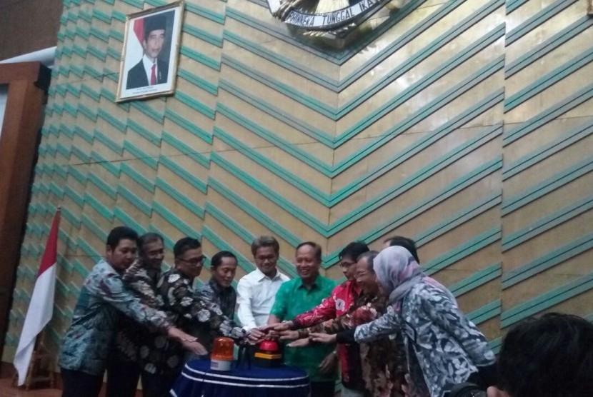 Menristekdikti Muhammad Nasir (batik hijau) secara resmi meluncurkan SNMPTN dan SBMPTN 2018 di Gedung Kemenristekdikti, Senayan, Jumat (12/1)