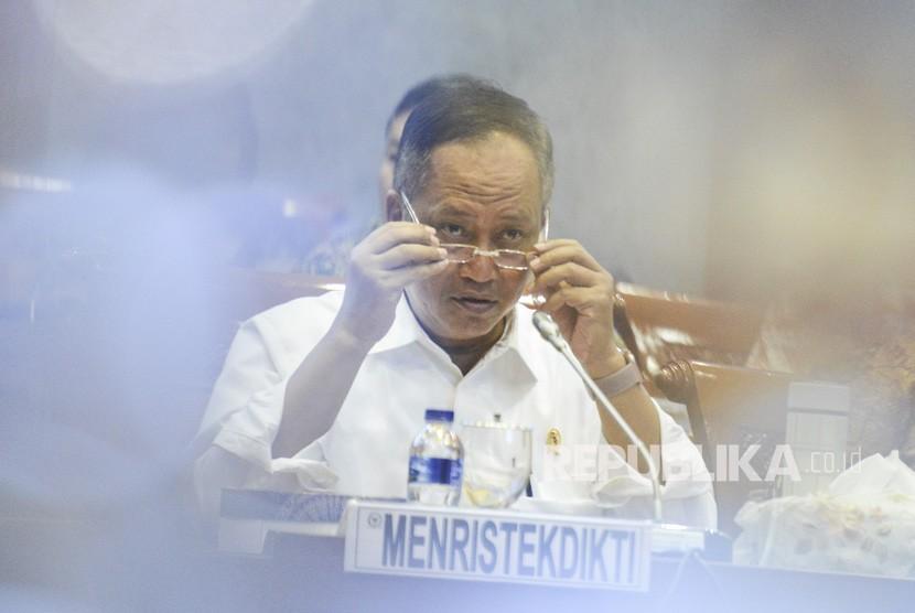 Menristekdikti Muhammad Nasir mendengarkan usulan saat rapat kerja bersama Komisi X DPR di gedung DPR RI Jakarta, Senin (17/6/2019).