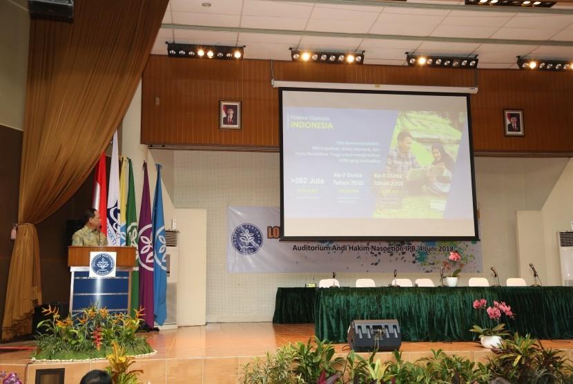 Menristekdikti, Prof. Muhammad Nasir ketika menjadi Keynote Speaker dalam Lokakarya Akademik-1: Re-Orientasi Kurikulum IPB Menghadapi Era Industri 4.0, Senin (4/5) di Kampus IPB Dramaga.