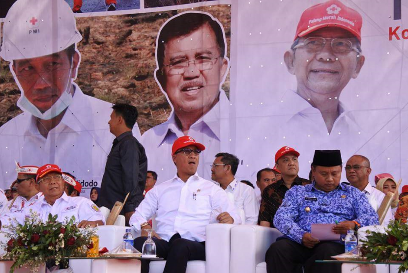 Mensos Agus Gumiwang Kartasasmita saat membuka temu karya relawan PMI di Waduk Jatiluhur, Purwakarta, Senin (17/9).