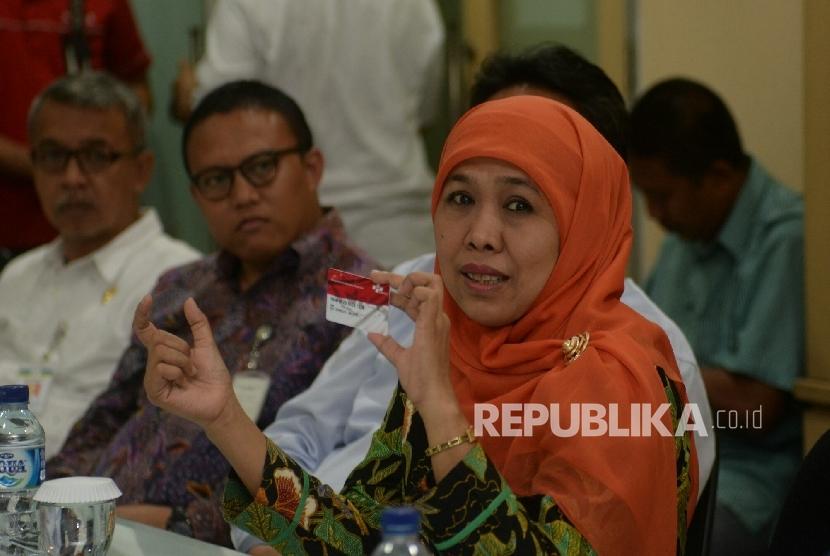 Mensos Khofifah Indar Parawansa memaparkan persentasi saat melakukan silahturhami di kantor Republika, Jakarta, Rabu (10/8). (Republika/ Prayogi)