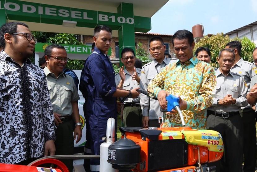 Mentan Amran Sulaiman menguji coba biodiesel