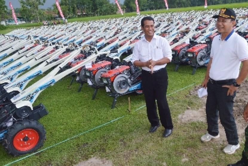 Mentan Andi Amran Sulaiman didampingi Bupati Ngawi Budi Sulistyono (kanan) melihat traktor yang dibagikan Presiden Joko Widodo.