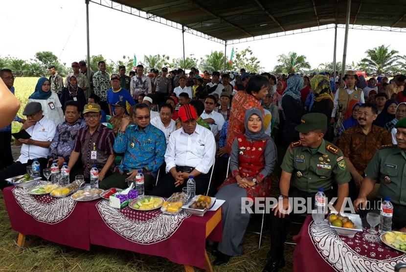 Mentan Andi Amran Sulaiman menghadiri panen raya padi Ciherang seluas 300 hektare di Desa Mandalasari, Kecamatan Mataram Baru, Kabupaten Lampung Timur, Provinsi Lampung, Jumat (10/11).