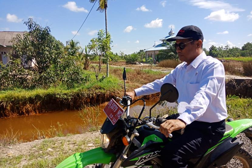 Mentan Andi Amran Sulaiman saat meninjau lokasi lahan rawa di Kabupaten Barito Kuala, Kalimantan Selatan, Sabtu (25/5).