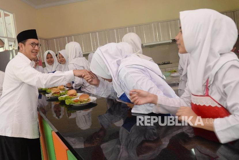 Menteri Agama Lukman Hakim Saifuddin disela-sela memantau pelaksanaan Ujian Nasional hari pertama di Madrasah Aliyah Negeri (MAN) 13 Jakarta, Senin (4/4). (Republika/Yasin Habibi)
