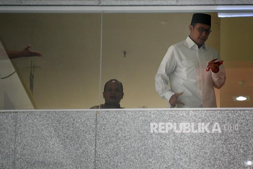 Menteri Agama Lukman Hakim Saifuddin (kanan) meninggalkan ruangan seusai menjalani pemeriksaan di kantor KPK, Jakarta, Kamis (23/5/2019).