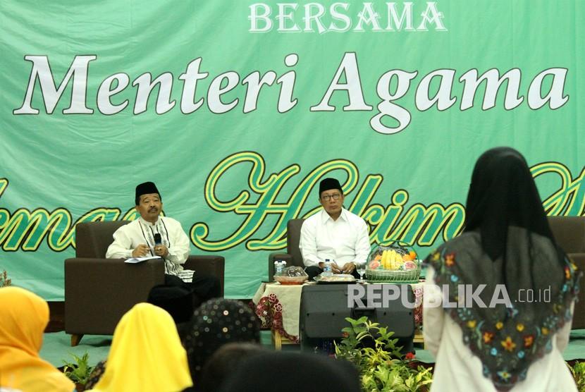 Menteri Agama Lukman Hakim Saifuddin (kedua kanan) berdialog dengan penyuluh agama pada acara diskusi pendidikan Islam bersama penyuluh agama dan guru madrasah di Bekasi, Jawa Barat, Jumat (11/01/2019).