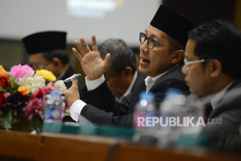 Menteri Agama Lukman Hakim Saifuddin (kedua kanan) memberikan pemaparan saat menghadiri rapat kerja bersama Komisi VIII DPR RI di Gedung Nusantara II, Kompleks Parlemen Senayan, Jakarta Pusat, Senin, (29/8).