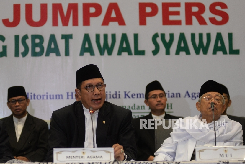 Menteri Agama Lukman Hakim Syaifuddin (kiri), dan Ketum MUI KH Ma'ruf Amin
