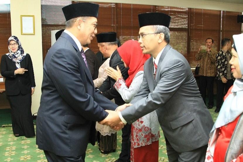 Menteri Agama (Menag) RI, Lukman Hakim Saifuddin memberikan ucapan selamat kepada Prof Dr Imam Taufiq MAg yang baru saja dilantik   sebagai Rektor UIN Walisongo Semarang, Periode 2019- 2023, di Operation Room Kemenag RI, Jakarta Pusat, Selasa (23/7).
