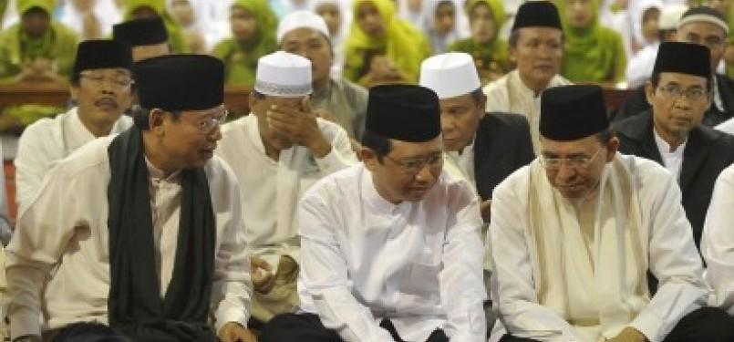 Menteri Agama Suryadharma Ali (kanan), Ketua DPR-RI Marzuki Ali (tengah) dan Ketua Pengurus Wilayah Nahdadlatul Ulama (PWNU) DKI Jakarta, Djan Faridz (kiri), saat mengikuti acara Halal Bihalal PWNU DKI di Masjid Istiqlal, Jakarta Pusat, Ahad (18/9).
