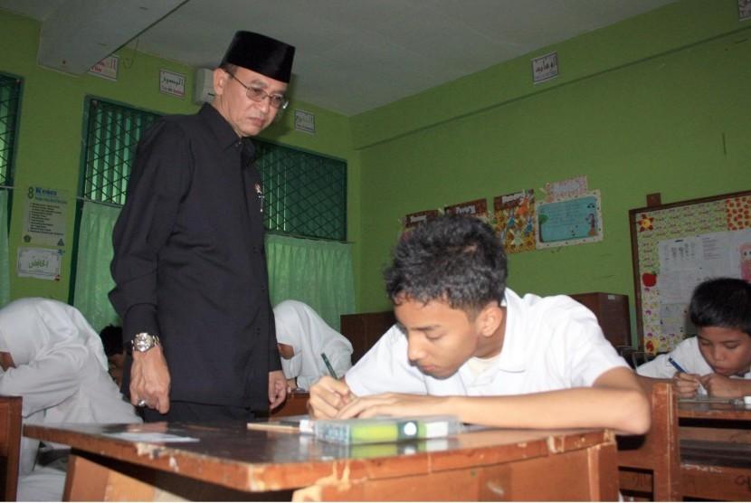 Menteri Agama Suryadharma Ali meninjau pelaksanaan UN di Madrasah