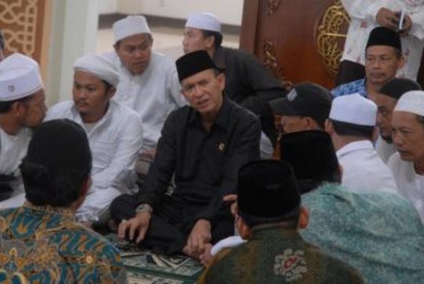 Menteri Agama Suryadharma Ali (tengah), berbincang dengan para ulama usai acara mantan jemaah Ahmadiyah mengucapkan kalimat syahadat untuk bertaubat dan masuk ajaran Agama Islam, di Mesjid Agung Baiturrohman, Singaparna, Tasikmalaya Jabar, Senin (20/5).