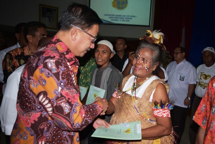 Feery Nursyidan Baldan saat menjabat sebagai Menteri Agraria dan Tata Ruang/Kepala Badan Pertanahan Nasional memberikan sertifikat tanah ke perwakilan masyarakat, di Sasana Krida, kantor Gubernur Papua, Kamis (23/6).
