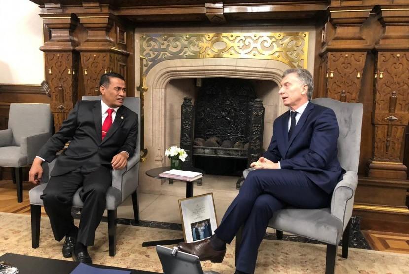 Menteri Amran Sulaiman berbincang dengan Presiden Argentina Mauricio Macri di Istana Kepresidenan Buenos Aires Argentina