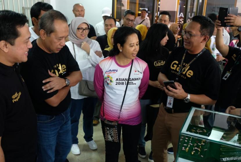 Menteri Badan Usaha Milik Negara (BUMN) Rini M Soemarno singgah di kafe The Gade Coffee and Gold di Pasar Mawar, Ciwaringin, Bogor.