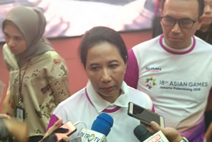 Menteri Badan Usaha Milik Negara (BUMN) Rini Soemarno memberikan pernyataan usai membuka program magang mahasiswa bersertifikat di 68 perusahaan BUMN di Plaza Mandiri, Jakarta Selatan, Ahad (20/5).