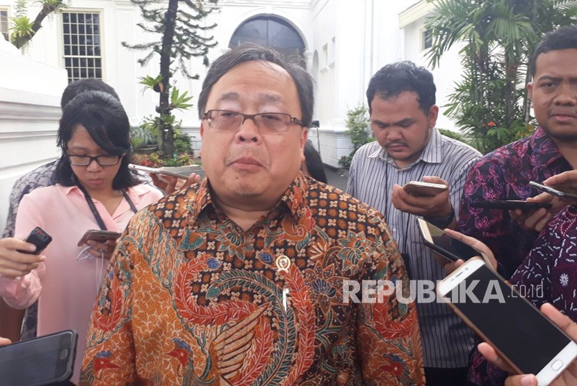 Menteri Bappenas Bambang Brodjonegoro memberikan keterangan pers terkait rapat paripurna di Istana Negara, Senin (2/12).