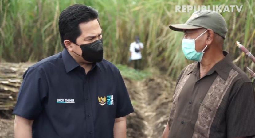 Menteri BUMN Erick Thohir berbincang dengan salah satu petani tebu Banyuwangi.