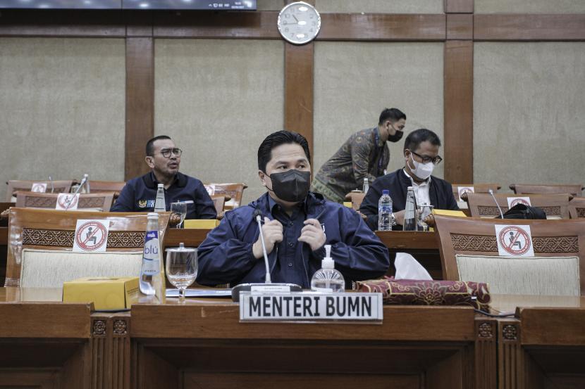 Menteri BUMN Erick Thohir mengikuti rapat kerja dengan Komisi VI DPR di Kompleks Parlemen, Senayan, Jakarta, Kamis (3/6/2021). Rapat tersebut membahas Rencana Kerja Pemerintah Kementerian/Lembaga (RKP K/L) dan Rencana Kerja dan Anggaran Kementerian/Lembaga (RKA K/L) Tahun 2022.