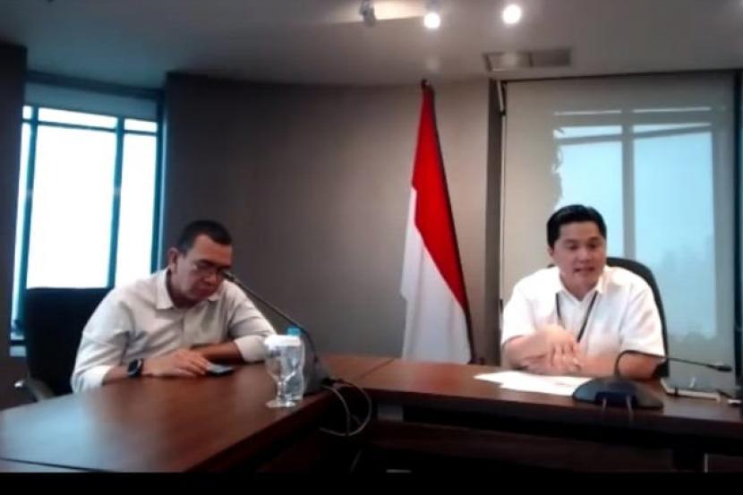Menteri BUMN Erick Thohir (kanan) dan Stafsus Menteri BUMN Arya Sinulingga (kiri) saat/video conference dengan media di Jakarta, Jumat (20/3).(Republika/Muhammad Nursyamsi)