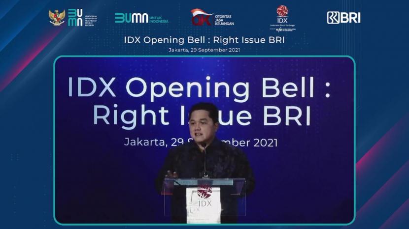 Menteri BUMN Erick Thohir menghadiri seremoni opening bell atau pembukaan perdagangan Bursa Efek Indonesia dalam rangka right issue BRI di Mainhall Bursa Efek Indonesia (BEI), Jakarta, Rabu (29/9).