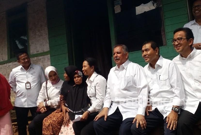 Menteri BUMN Rini M Soemarno mengunjungi warga Kampung Cisaninten Cikaret Desa Cikupa Kecamatan Karangnunggal, Cicih pada Kamis (12/7). Cicih menjadi penerima program jaringan listrik gratis hasil kerjasama PLN dan Pertamina.