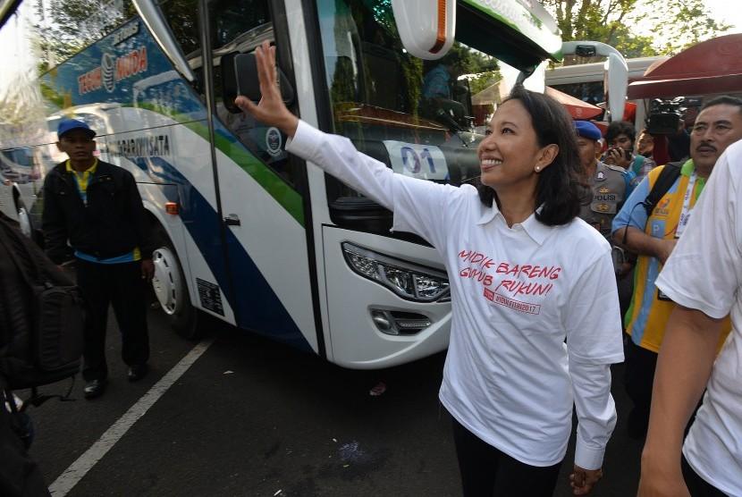 SOEs Minister Rini Soemarno bid farewell to the Lebaran homecoming travellers at the Taman Mini Indonesia Indah in Jakarta on Monday.