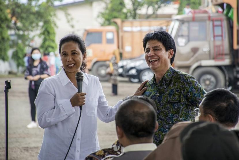 Menteri BUMN Rini Soemarno (kiri) berbincang dengan Direktur Utama Pupuk Indonesia Aas Asikin Idat (kanan) saat meninjau stok pupuk bersubsidi di Gudang Lini III Pasir Hayam, Cianjur, Jawa Barat, Jumat (8/2/2019).