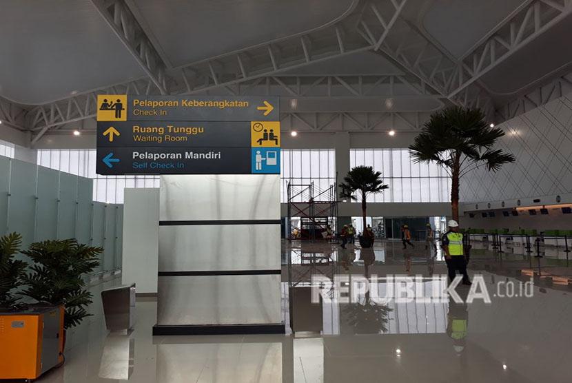 Menteri BUMN Rini Soemarno mengunjungi  Bandara baru Internasional Ahmad Yani Semarang. Badara ini dipastikan bisa beroperasi 8 Juni 2018