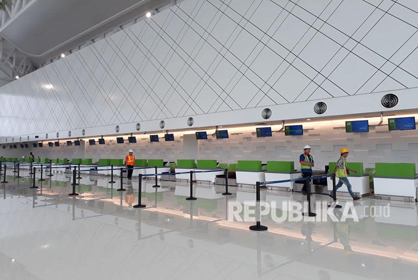 Menteri BUMN Rini Soemarno mengunjungi  Bandara baru Internasional Ahmad Yani Semarang. Bandara ini dipastikan bisa beroperasi 8 Juni 2018